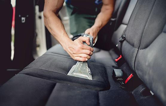 Comment bien nettoyer ses sièges auto ?